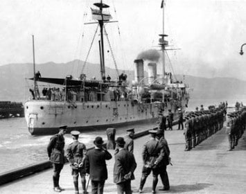 Philomel berthing at Wellington in 1917 after returning from wartime service. [RNZN Museum